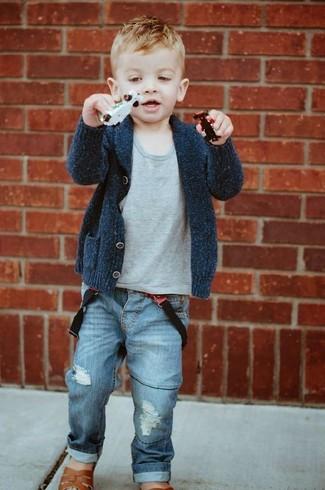 Comment porter: cardigan gris foncé, t-shirt gris, jean bleu, sandales marron
