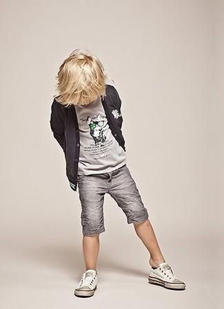 Comment porter: cardigan gris foncé, t-shirt gris, short gris, baskets blanches