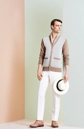 Comment porter: cardigan gris, pantalon de costume blanc, chaussures brogues en cuir marron clair, chapeau en laine blanc