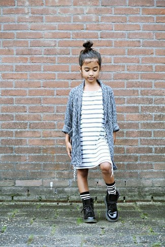 Comment porter: cardigan imprimé léopard gris, robe à rayures horizontales blanche, bottes en cuir noires, chaussettes à rayures horizontales blanches et noires