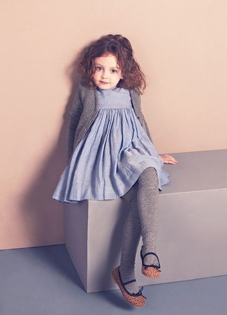 Comment porter: cardigan gris, robe en lin bleu clair, ballerines marron, collants gris