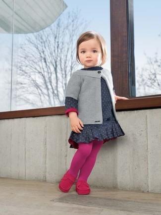 Comment porter: cardigan gris, robe á pois bleu marine, slippers fuchsia, collants fuchsia