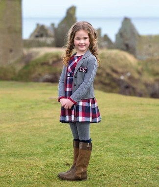 Comment porter: cardigan gris, robe écossaise rouge et bleu marine, bottes marron, collants gris