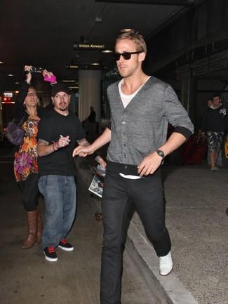 Tenue de Ryan Gosling: Cardigan gris, T-shirt à col rond blanc, Jean noir, Tennis blancs