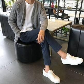 Comment porter un cardigan gris: Pense à associer un cardigan gris avec un pantalon chino bleu marine pour un déjeuner le dimanche entre amis. Pour les chaussures, fais un choix décontracté avec une paire de des baskets basses en toile blanches.
