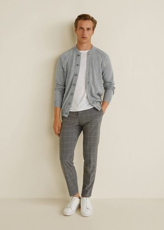 Comment porter un cardigan gris: Pense à associer un cardigan gris avec un pantalon chino à carreaux gris pour affronter sans effort les défis que la journée te réserve. Tu veux y aller doucement avec les chaussures? Complète cet ensemble avec une paire de des baskets basses en cuir blanches pour la journée.