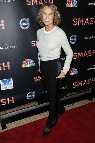 Tenue de Lauren Hutton: Cardigan gris, T-shirt à col rond blanc, Pantalon de costume noir, Escarpins en daim noirs