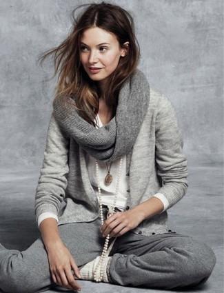 Les journées chargées nécessitent une tenue simple mais stylée, comme un cardigan gris et un pantalon de jogging gris.