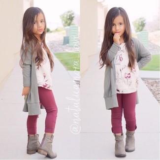 Comment porter: cardigan gris, t-shirt à fleurs beige, leggings pourpres, bottes grises