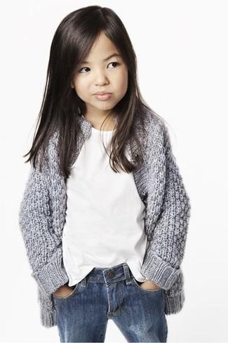 Comment porter: cardigan gris, t-shirt blanc, jean bleu
