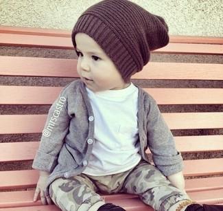 Comment porter: cardigan gris, t-shirt blanc, pantalon de jogging gris, bonnet marron foncé