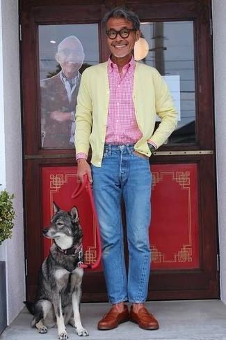 Comment porter: cardigan jaune, chemise à manches longues en vichy rose, jean bleu, slippers en cuir tabac