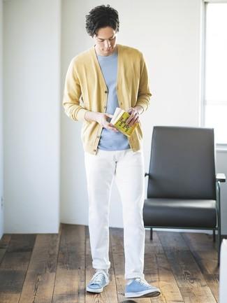 Comment porter: cardigan jaune, t-shirt à col rond bleu clair, pantalon chino blanc, baskets basses bleu clair