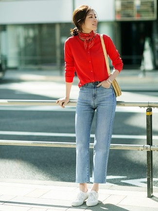 Comment porter: cardigan rouge, jean bleu clair, baskets basses en toile blanches, sac bandoulière de paille marron clair