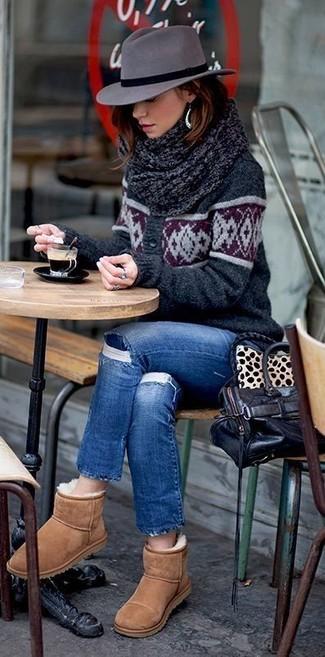 Comment porter: cardigan imprimé gris foncé, jean déchiré bleu, bottes ugg marron clair, sac fourre-tout en cuir noir