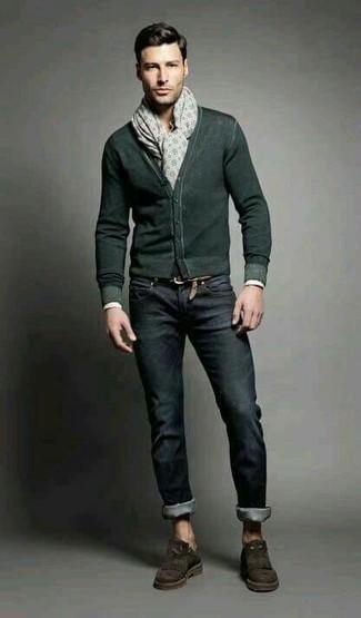 Comment porter: cardigan vert foncé, jean noir, mocassins à pampilles en daim marron foncé, écharpe imprimée beige