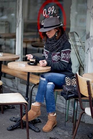 Comment porter: cardigan en jacquard gris foncé, jean skinny déchiré bleu, bottes ugg marron clair, cartable en cuir marron foncé