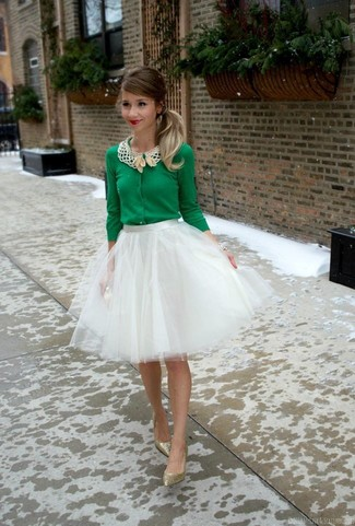 Comment porter: cardigan vert, jupe évasée de tulle blanche, escarpins pailletés dorés, pochette pailletée dorée