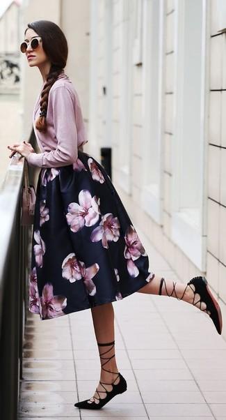 Comment porter: cardigan rose, jupe évasée à fleurs noire, sandales spartiates en daim noires, sac bandoulière en cuir rose