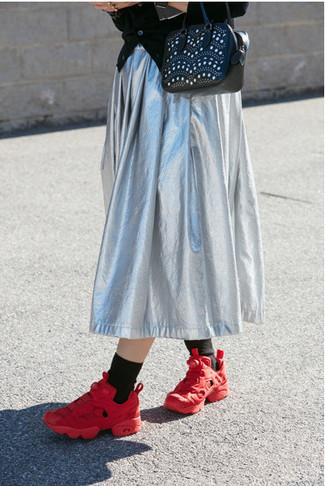 Comment porter: cardigan noir, jupe mi-longue plissée argentée, chaussures de sport rouges, sac fourre-tout en cuir à clous noir