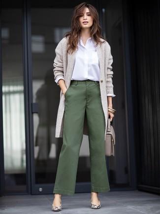 Ce combo d'un cardigan long gris et d'un pantalon large vert foncé te permettra de garder un style propre et simple en dehors des horaires de bureau. D'une humeur audacieuse? Complète ta tenue avec une paire de des escarpins en cuir imprimés serpent gris.