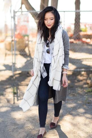 Comment porter: cardigan long gris, chemise de ville écossaise grise, t-shirt à col rond blanc, jean skinny bleu marine