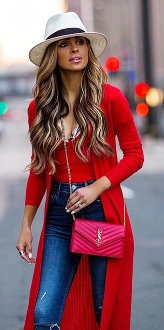Comment porter: cardigan long rouge, débardeur en tricot rouge, jean skinny déchiré bleu, sac bandoulière en cuir matelassé fuchsia