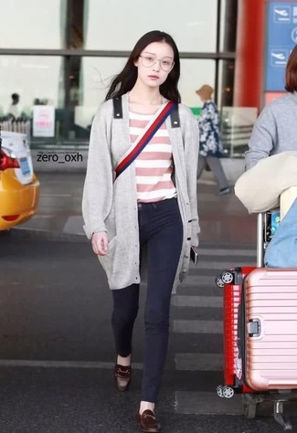 Comment porter: cardigan long gris, t-shirt à col rond à rayures horizontales rose, jean skinny noir, slippers en cuir marron foncé
