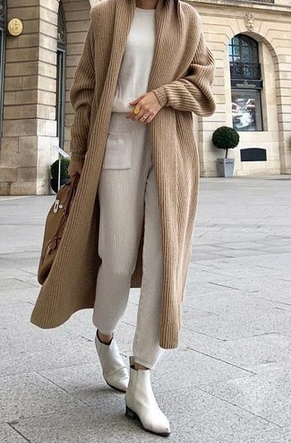 Comment porter: cardigan long marron clair, pull à col rond beige, pantalon de jogging beige, bottines chelsea en cuir blanches