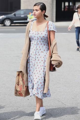 Comment porter: cardigan long beige, robe chemise à fleurs bleu clair, baskets basses en cuir blanches, sac bandoulière en cuir tabac