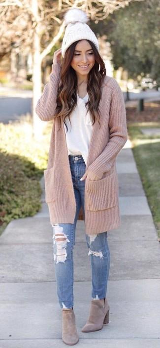 Comment porter: cardigan long beige, t-shirt à col en v blanc, jean skinny déchiré bleu, bottines chelsea en daim beiges