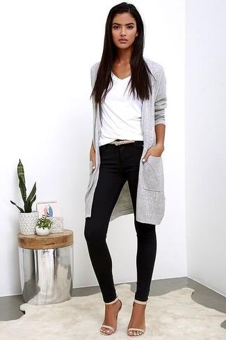 Ce combo d'un cardigan long gris Maison Margiela et d'un pantalon slim noir te permettra de garder un style propre et simple en dehors des horaires de bureau. Rehausse cet ensemble avec une paire de des sandales à talons en cuir beiges.