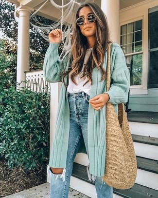 Comment porter: cardigan long vert menthe, t-shirt à col rond blanc, jean déchiré bleu, sac fourre-tout de paille marron clair