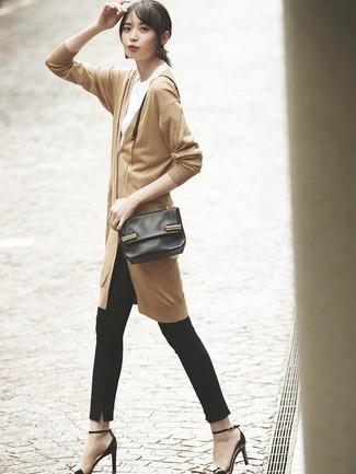 Comment porter: cardigan long marron clair, t-shirt à col rond blanc, pantalon slim noir, sandales à talons en cuir noires