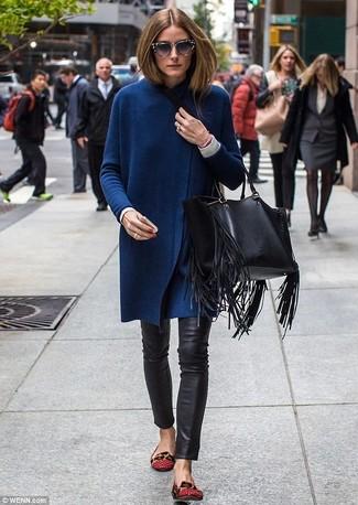 Comment porter des chaussures plates rouges: Harmonise un cardigan long bleu marine avec un pantalon slim en cuir noir pour obtenir un look relax mais stylé. Une paire de des chaussures plates rouges s'intégrera de manière fluide à une grande variété de tenues.