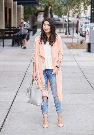 Comment porter: cardigan long rose, top à basque blanc, jean skinny déchiré bleu, escarpins en cuir beiges