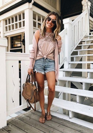Comment porter: cardigan long rose, top sans manches en dentelle rose, short en denim bleu, tongs en cuir marron