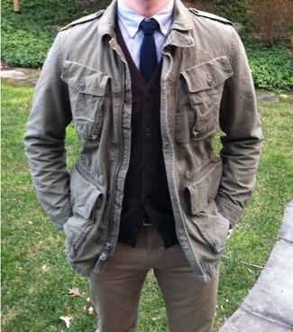 Comment porter: cardigan marron, chemise à manches longues en chambray bleue, jean marron clair, cravate en laine bleu marine