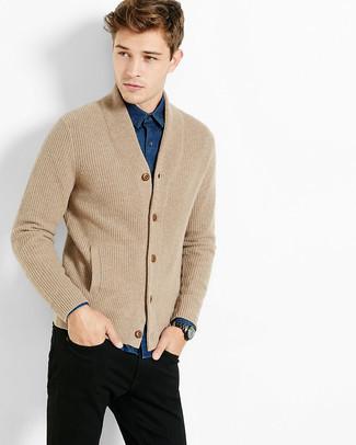 Comment porter: cardigan en tricot marron clair, chemise en jean bleue, jean noir, montre argentée