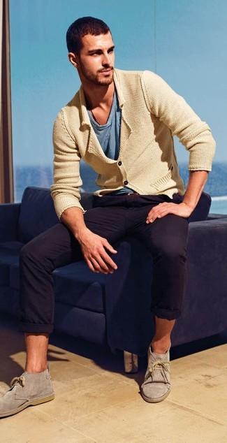 Comment porter: cardigan en tricot marron clair, t-shirt à col en v bleu, pantalon chino noir, bottines chukka en daim grises