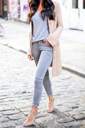 Comment porter: cardigan marron clair, t-shirt à col en v gris, jean skinny gris, sandales à talons en daim beiges