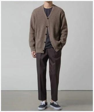 Comment s'habiller quand il fait chaud: La polyvalence d'un cardigan en tricot marron et d'un pantalon chino marron foncé en fait des pièces de valeur sûre. Si tu veux éviter un look trop formel, opte pour une paire de des baskets basses en toile noires.