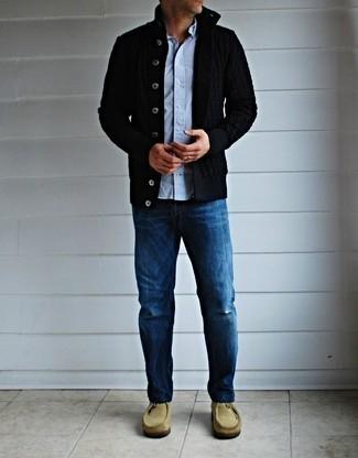 Comment porter un cardigan noir: Pour créer une tenue idéale pour un déjeuner entre amis le week-end, essaie de marier un cardigan noir avec un jean bleu. Une paire de des bottines chukka en daim beiges est une option parfait pour complèter cette tenue.