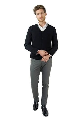 Comment porter un cardigan noir: Associe un cardigan noir avec un pantalon chino gris pour une tenue confortable aussi composée avec goût. D'une humeur audacieuse? Complète ta tenue avec une paire de des chaussures richelieu en cuir noires.
