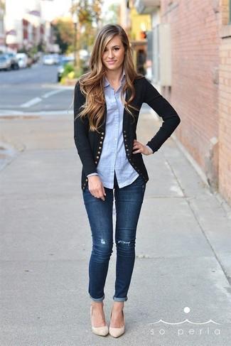 Comment porter: cardigan noir, chemise de ville bleu clair, jean skinny bleu marine, escarpins en cuir beiges