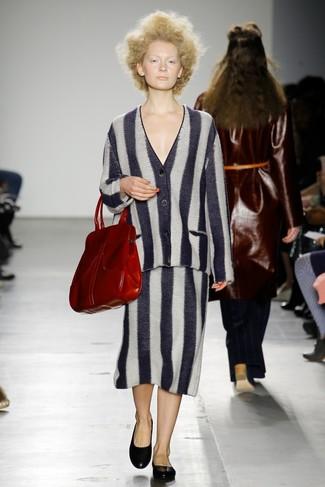 Comment porter: cardigan à rayures verticales noir et blanc, jupe mi-longue à rayures verticales noire et blanche, ballerines en cuir noires, sac fourre-tout en cuir rouge