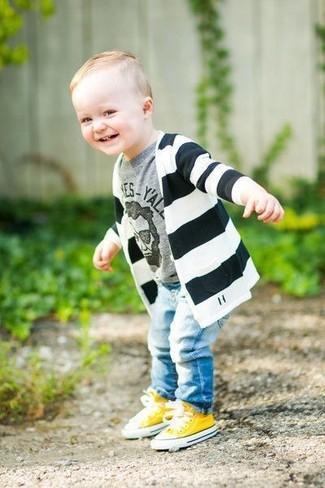 Comment porter: cardigan à rayures horizontales noir et blanc, t-shirt imprimé gris, jean bleu clair, baskets jaunes
