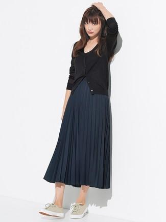 Comment porter: cardigan noir, jupe mi-longue plissée bleu marine, baskets basses en toile beiges