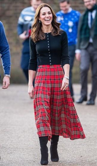 Comment porter: cardigan noir, jupe mi-longue écossaise rouge, bottes hauteur genou en daim noires, montre argentée