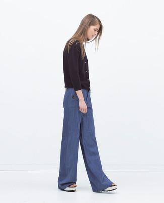 Pense à harmoniser un cardigan noir avec un pantalon large bleu si tu recherches un look stylé et soigné. Pourquoi ne pas ajouter une paire de des sandales compensées en cuir blanches à l'ensemble pour une allure plus décontractée?